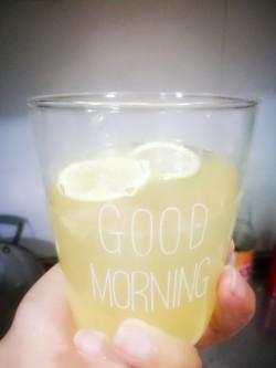 柠檬汁配黄油煎鲈鱼