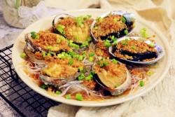 在家也能轻松做星级酒店宴客菜——【蒜蓉粉丝蒸鲍鱼】的做法