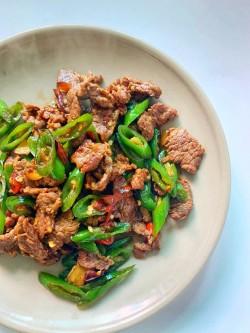 尖椒炒牛肉的做法_美食方法