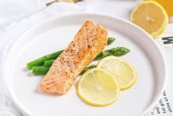 挪威家常菜——煎三文鱼配牛油果沙拉