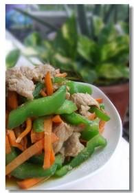 鸡腿菇洋葱胡萝卜青椒炒肉片的做法